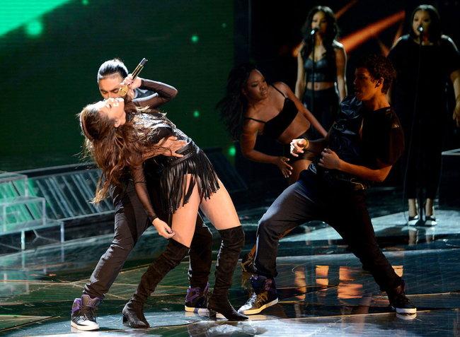Выступление Селены Гомес на голливудской сцене: «The X-Factor»: selena-gomez-x-factor-performance--01_Starbeat.ru