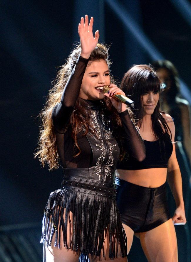 Выступление Селены Гомес на голливудской сцене: «The X-Factor»: selena-gomez-x-factor-performance--04_Starbeat.ru