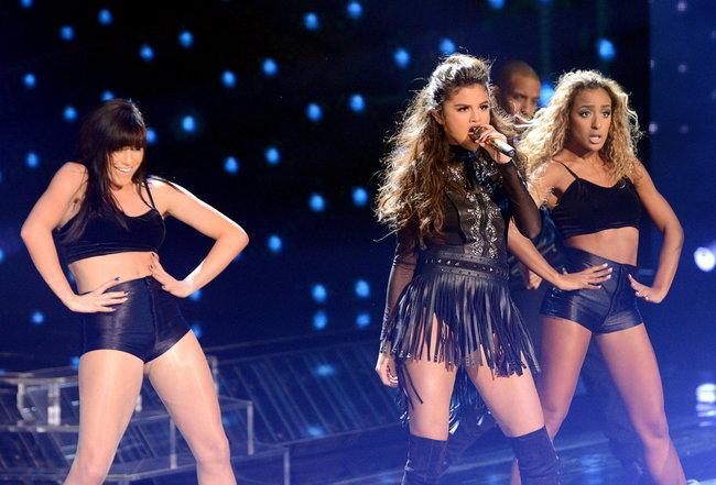 Выступление Селены Гомес на голливудской сцене: «The X-Factor»: selena-gomez-x-factor-performance--09_Starbeat.ru