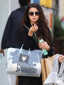 Шоппинг в Лос-Анджелесе: Селена Гомес: selena-gomez---shopping-candids--01_Starbeat.ru