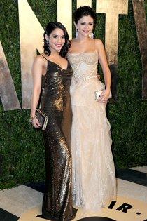Молодой Голливуд в лицах: Селена Гомес и Ванесса Хадженс на «Vanity Fair Party»: Selena-Vanessa-2_Starbeat.ru