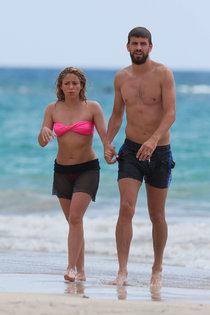 Шакира в бикини и ее возлюбленный Жерар Пике на гавайском пляже!: shakira-in-bikini--09_Starbeat.ru
