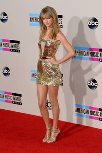 Тейлор Свифт на торжественной церемонии вручения наград «American Music Awards»: taylor-swift-2013-american-music-awards--01_Starbeat.ru