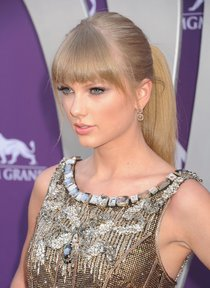 Тейлор Свифт на красной дорожке «Country Music Awards»: taylor-swift-10_Starbeat.ru