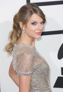 Тейлор Свифт: красная дорожка и выступление на «Грэмми 2014»: taylor-swift-131_Starbeat.ru
