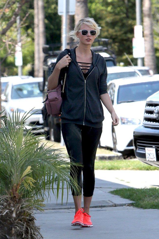 Тейлор Свифт топчет тротуар Западного Голливуда: taylor-swift-8-2_Starbeat.ru