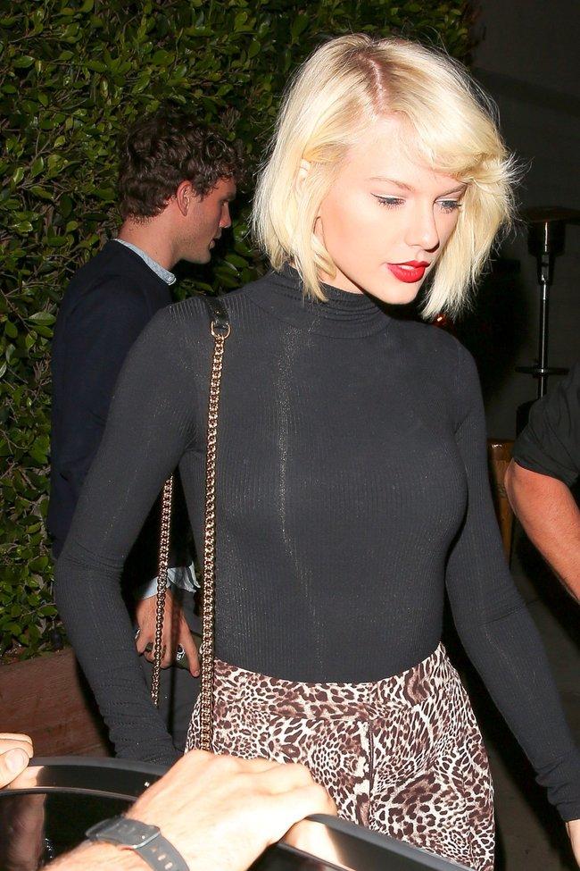 Тейлор Свифт надела короткую юбку и вышла на прогулку в Санта-Монике: taylor-swift-1-1_Starbeat.ru