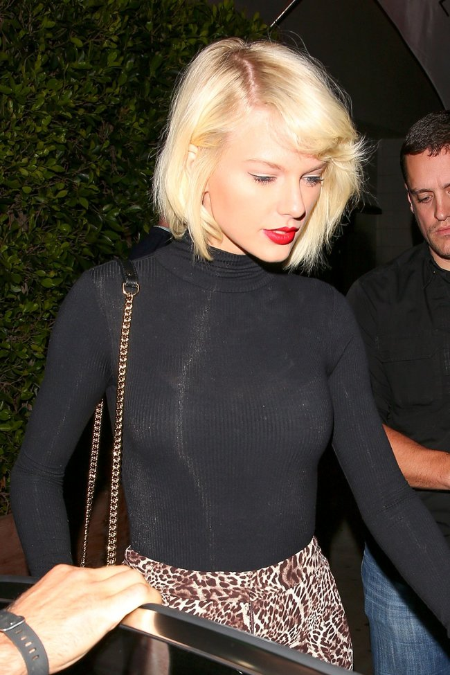 Тейлор Свифт надела короткую юбку и вышла на прогулку в Санта-Монике: taylor-swift-10-1_Starbeat.ru