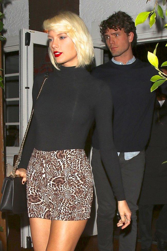 Тейлор Свифт надела короткую юбку и вышла на прогулку в Санта-Монике: taylor-swift-12-1_Starbeat.ru