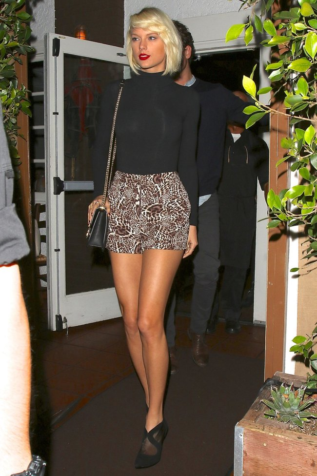 Тейлор Свифт надела короткую юбку и вышла на прогулку в Санта-Монике: taylor-swift-13-1_Starbeat.ru