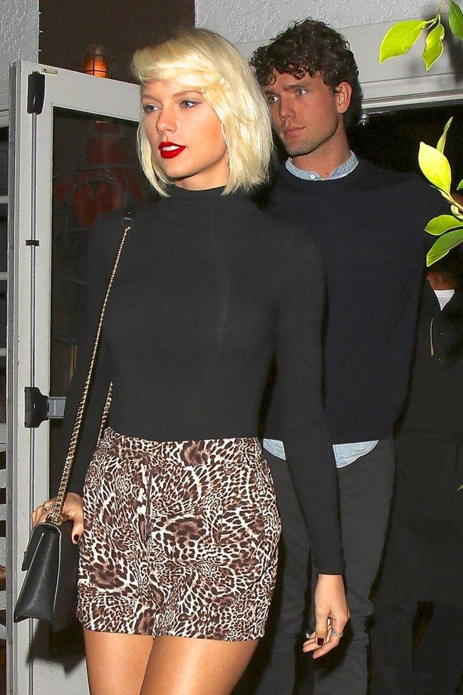 Тейлор Свифт надела короткую юбку и вышла на прогулку в Санта-Монике: taylor-swift-14-1_Starbeat.ru