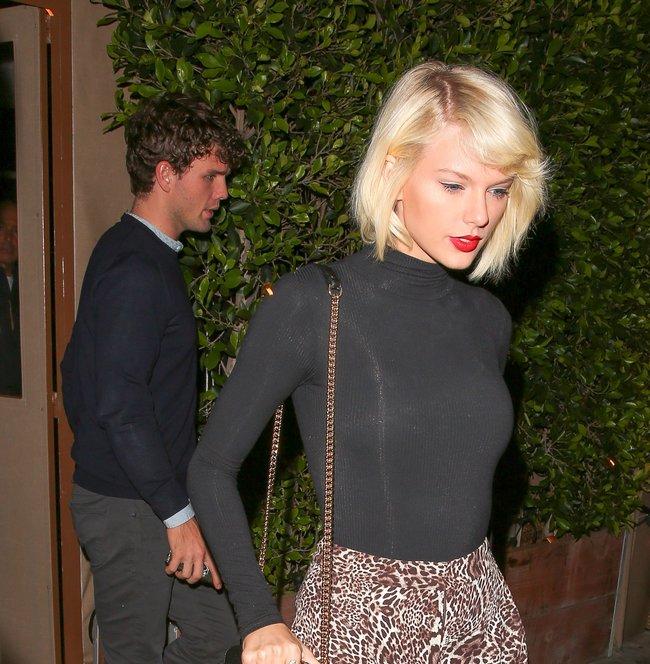 Тейлор Свифт надела короткую юбку и вышла на прогулку в Санта-Монике: taylor-swift-18-1_Starbeat.ru