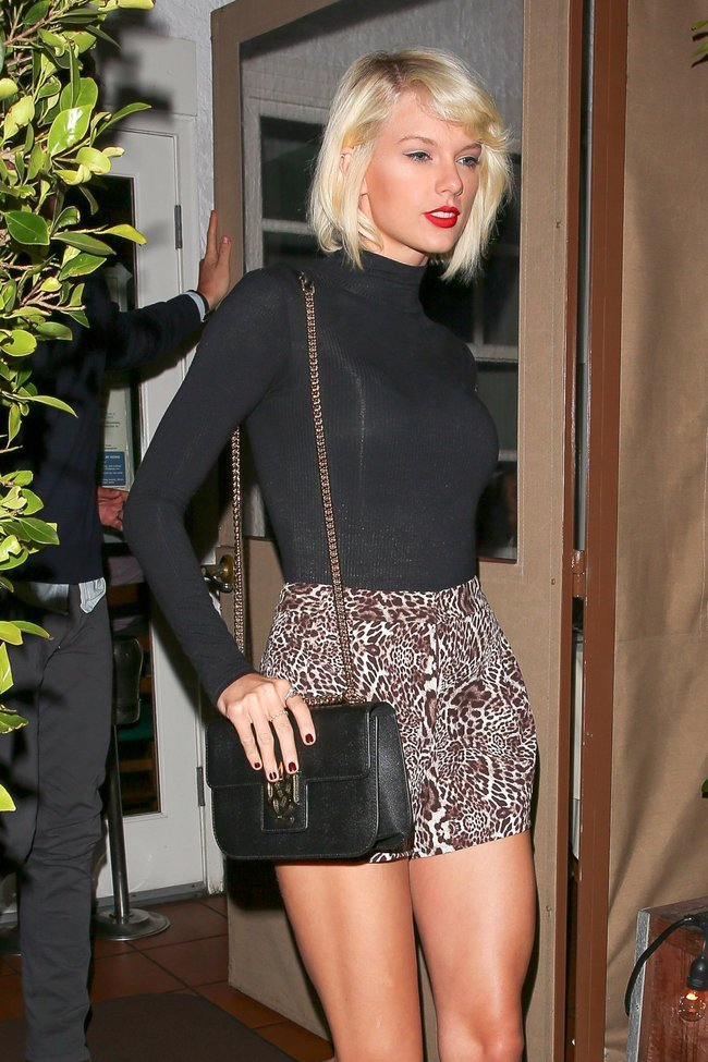 Тейлор Свифт надела короткую юбку и вышла на прогулку в Санта-Монике: taylor-swift-20-1_Starbeat.ru