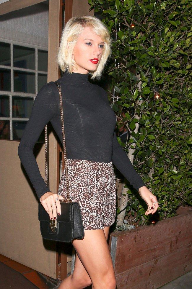 Тейлор Свифт надела короткую юбку и вышла на прогулку в Санта-Монике: taylor-swift-5-1_Starbeat.ru