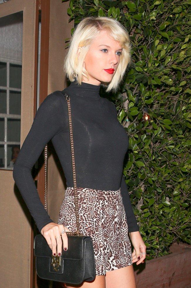 Тейлор Свифт надела короткую юбку и вышла на прогулку в Санта-Монике: taylor-swift-8-1_Starbeat.ru
