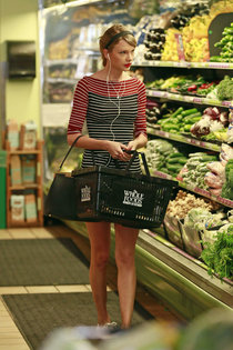 Тейлор Свифт закупилась в «Whole Foods», Беверли-Хиллз: taylor-swift-photos-leggy-in-shorts-2014--01_Starbeat.ru
