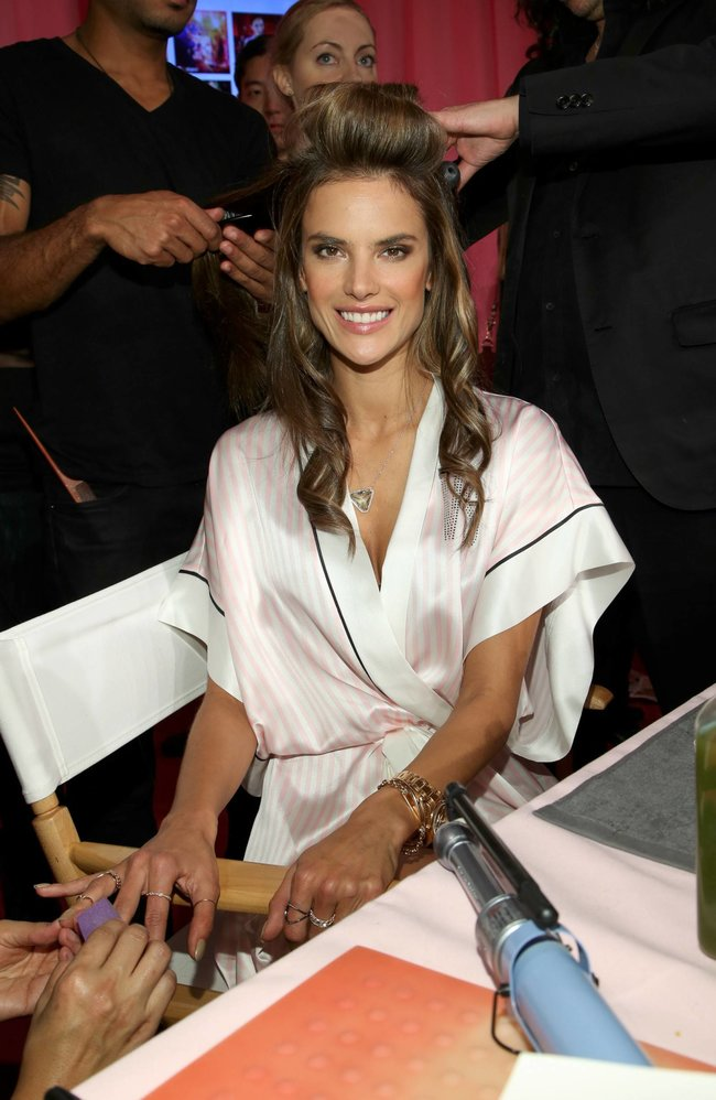 Бэкстейдж шоу «Victoria's Secret» в Нью-Йорке: все модели: alessandra-ambrosio-1_Starbeat.ru