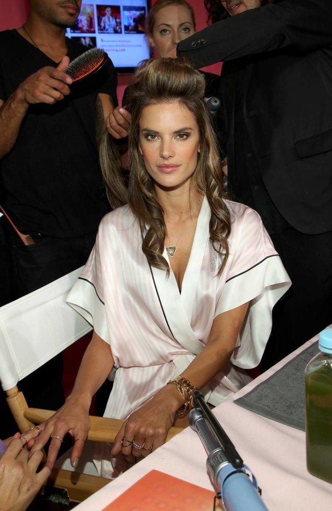 Бэкстейдж шоу «Victoria's Secret» в Нью-Йорке: все модели: alessandra-ambrosio-3_Starbeat.ru