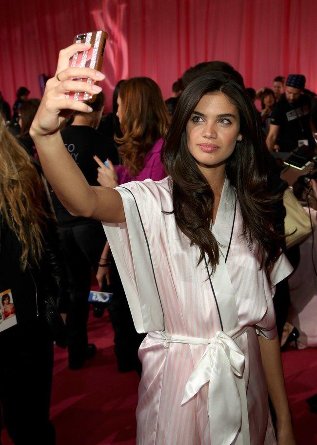 Бэкстейдж шоу «Victoria's Secret» в Нью-Йорке: все модели: sara-sampaio-2_Starbeat.ru