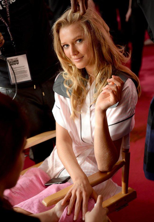 Бэкстейдж шоу «Victoria's Secret» в Нью-Йорке: все модели: toni-garrn-1_Starbeat.ru