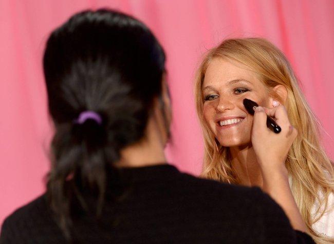 Бэкстейдж шоу «Victoria's Secret» в Нью-Йорке: все модели: toni-garrn-2_Starbeat.ru