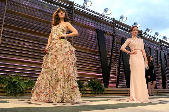 Пост-оскаровская вечеринка «Vanity Fair 2014»: Зоуи Дешанель: zooey-deschanel-oscars-2014---vanity-fair-party--12_Starbeat.ru